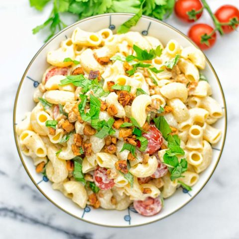 Incredibly easy and insanely delicious: This BLT macaroni salad is entirelly vegan, gluten free and made with no mayo. It's an amazing dinner, lunch or perfect for potlucks, get togethers, parties. Also a great dairy free alternative for work lunch, meal prep and a winning combo for a bbq side dish. The ultimate comfort food super easy to make with all the best flavors just for come and try it now. #vegan #glutenfree #vegetarian #dairyfree #contentednesscooking #blt #pasta #salad #potluck #mealprep #worklunch #easyfood #Bbqsidedishes #budgetfriendly