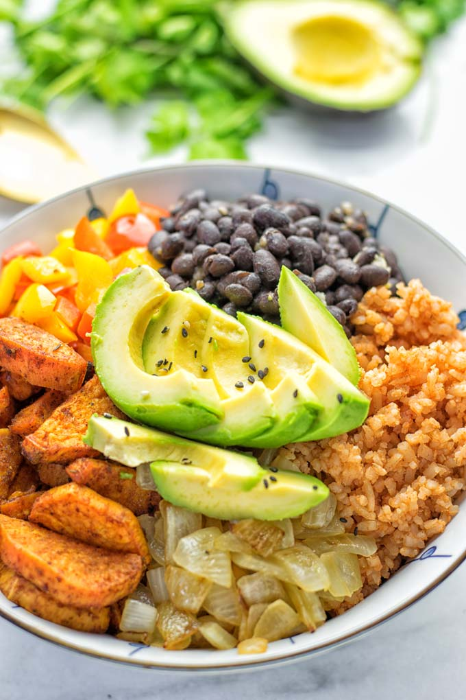 Super easy to make and incredibly satisfying: This Cajun Sweet Potato Rice bowl is naturally vegan, gluten free and infused with all the best cajun flavors. An amazing dinner, lunch, meal prep, work lunch and budget friendly meal which the whole family will love. #vegan #glutenfree #vegetarian #dairyfree #contentednesscooking #sweetpotato #cajunrecipe #easyfood #mealprep #worklunchideas #budgetmeals #lunch #dinner #ricebowls #ricebowlshealthy #bowlrecipes