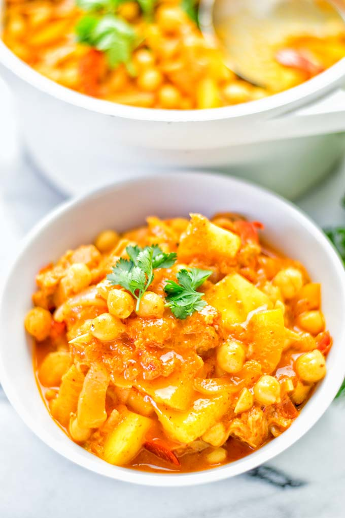 One pot and super easy to make: This Spicy Mango Jackfruit Curry is a winning combo for. Vegan, gluten free. An amazing dinner, lunch, meal prep, work lunch and more. Only one pot is required and in 15 minutes this great dairy free alternative is on the the table. Try it now and wow everyone! #vegan #glutenfree #vegetarian #dairyfree #jackfruit #curry #mango #onepot #mealprep #worklunhideas #lunch #dinner #easyfood #budgetmeals #contentednesscooking #15minuteveganmeals #familyveganmeals