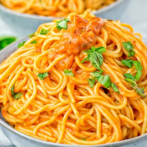 This Instant Pot Spaghetti with Simple Tomato Sauce is naturally vegan, gluten free and will be an instant hit with your family. It's super easy to make in the instant pot in no time, even the pickiest kids will love this. An amazing dairy free alternative for dinner, lunch, meal prep and so much more. #vegan #dairyfree #glutenfree #instantpot #vegetarian #contentednesscooking #instantpotspaghetti #dinner #lunch #mealprep #familydinnerideas