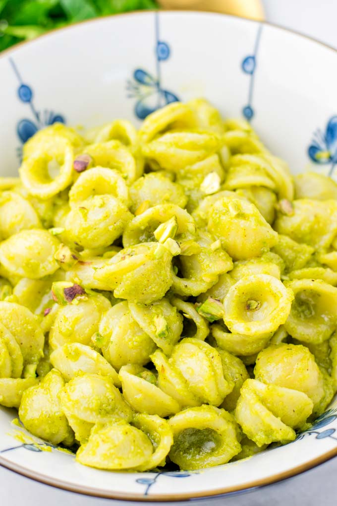 Bowl full of pasta in pistachio pesto.