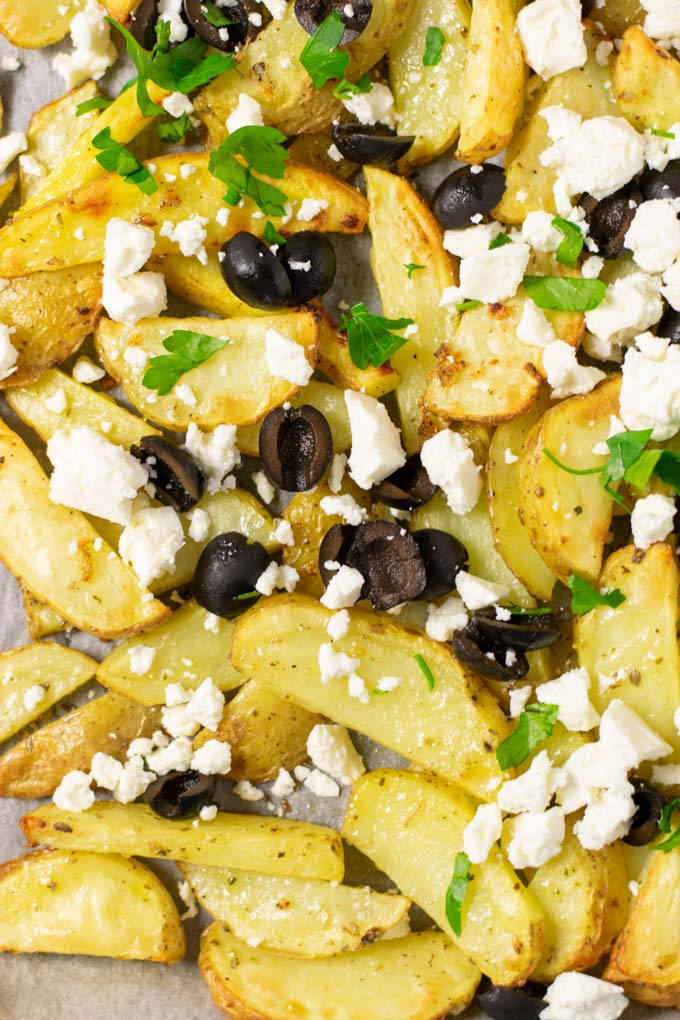 Top view on the toppings of the Greek Fries.